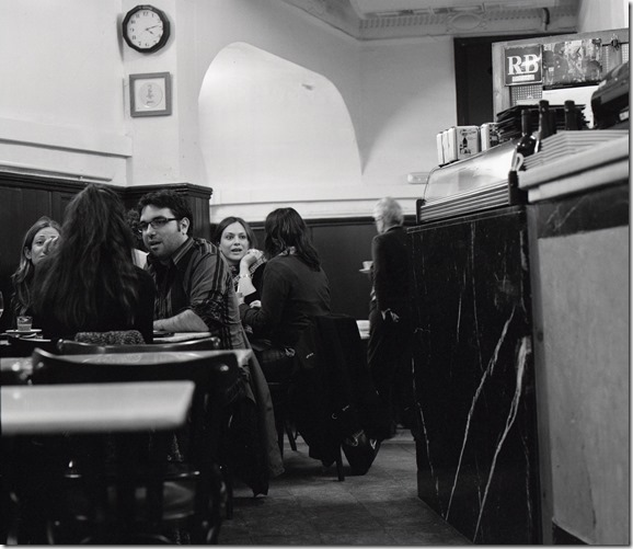 Im Cafe BW 1600