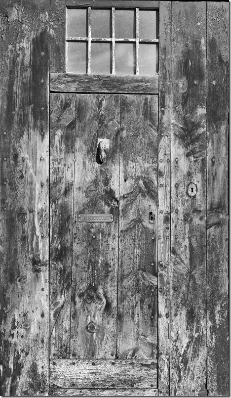 Tür alt mit Schatten C 2400 Ausschnitt